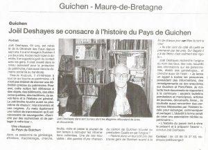 Joël Deshayes dans son bureau dont les étagères débordent de livres et documents.