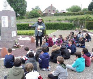 Joël donne des explications sur le monument aux morts de Pont-Réan